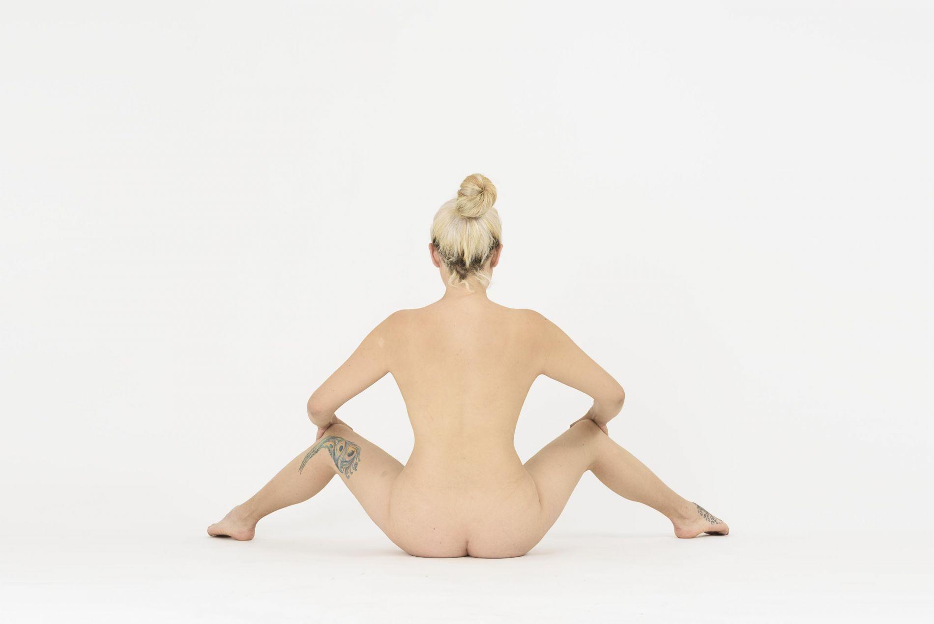 Una mujer desnuda y en .. la luz